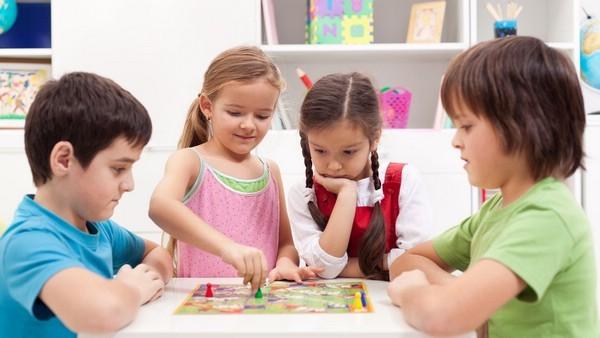 Картинки по запросу дети играют в настольные игры